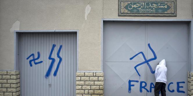 Un tag sur une mosquée de la banlieue de Lyon.
