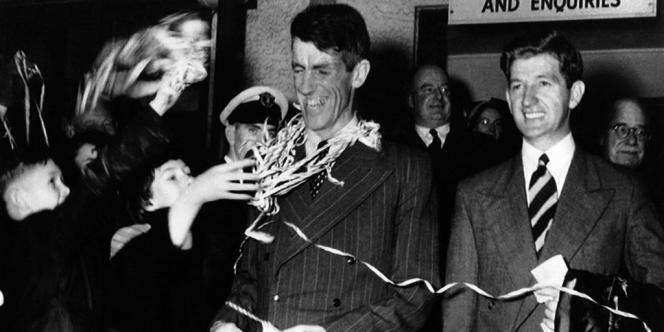 8 août 1953. Sir Edmund Hillary, à gauche, et George Lowe sont accueillis à leur retour d'expédition à Auckland en Nouvelle-Zélande.