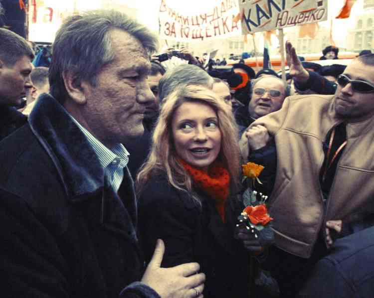 """Novembre 2004.  L'engagement  dans la révolutionFédérant une coalition  de centre-droit, elle devient l'égérie de la """"révolution orange"""", qui parvient  à invalider l'élection  de Viktor Ianoukovitch, proche de la Russie,  face à Viktor Iouchtchenko (à gauche sur la photo). Finalement élu, ce dernier la nomme première ministre en 2005. Photo: VIKTOR DRACHEV/AFP"""