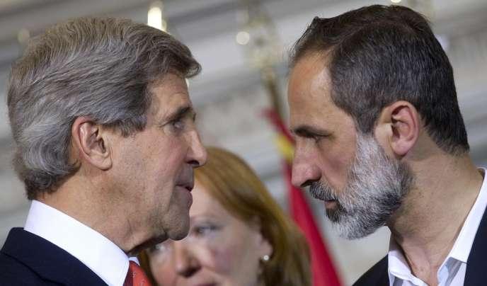 Le secrétaire d'Etat John Kerry et Moaz Al-Khatib, président du Conseil national syrien, le 28 février 2013 à Rome.