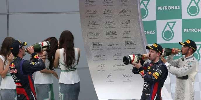 Webber, Vettel et Hamilton boivent un coup à l'arrivée du GP de Malaisie, le 24 mars.