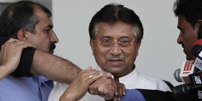 L'ancien président Pervez Musharraf à l'aéroport de Karachi, le 24 mars lors de son retour.
