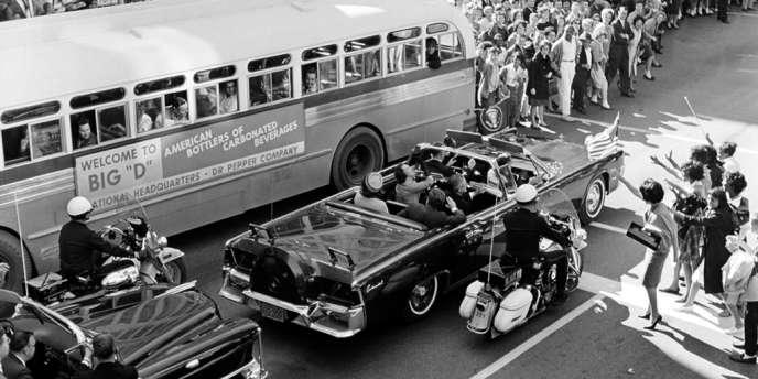 Le président des Etats-Unis John F. Kennedy accompagné de sa femme Jacqueline à Dallas, quelques instants avant l'assassinat.