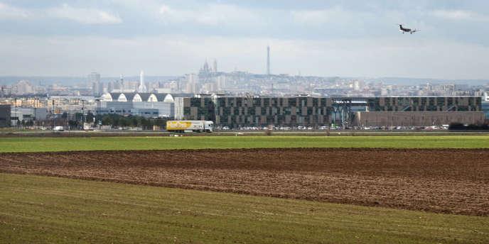 Vue des entrepôts logistiques et de Paris depuis les terres du triangle de Gonesse.