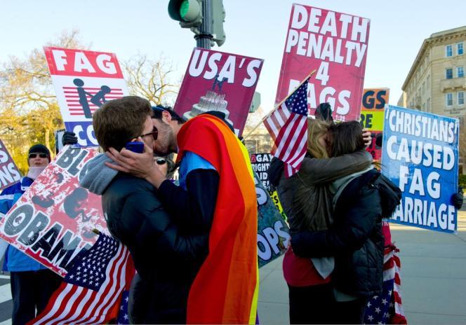 Deux couples d'homosexuels s'embrassent lors d'une manifestation rassemblant des opposants au mariage gay devant la Cour suprême des Etats-Unis, à Washington, le 27mars2013.