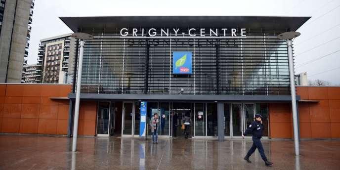 Quinze jeunes de 16-17 ans, soupçonnés d'avoir participé à l'agression du RER D en gare de Grigny (Essonne), samedi 16 mars, ont été interpellés et placés en garde à vue, mercredi 27 mars.