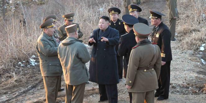 Le président nord coréen, Kim Jong-un, en discussion avec des généraux, le 25 mars.