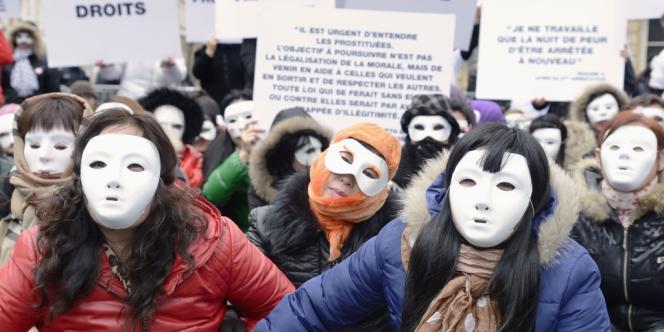 Des travailleurs du sexe manifestent pour l'abrogation du délit de racolage passif, le 18 mars 2013 à Paris.