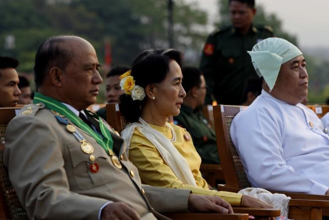 La chef de l'opposition birmane, Aung San Suu Kyi, aux côtés du général Zaw Win, ministre des affaires étrangères, lors de la parade militaire annuelle de l'armée birmane à Naypyidaw, le 27 mars 2013.