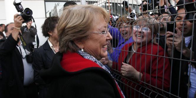 Michelle Bachelet à l'aéroport de Santiago, le 27 mars.
