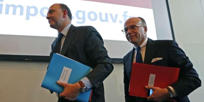 Pierre Moscovici, ministre de l'économie, et Bernard Cazeneuve, ministre du budget, le 27 mars à Bercy.