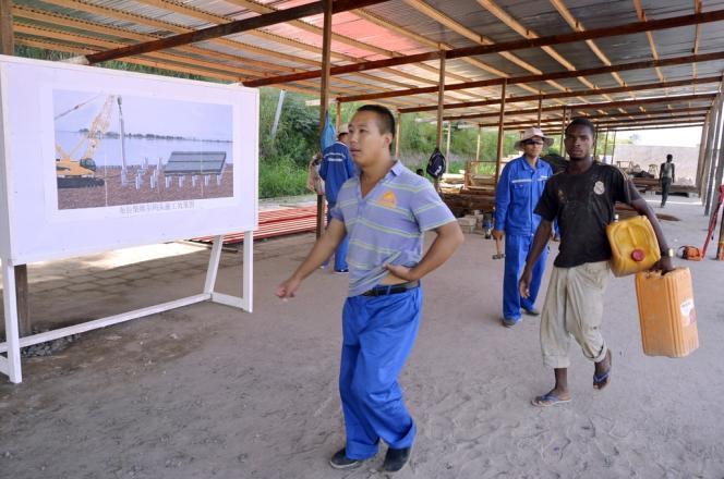 Sur le chantier de rénovation de la zone portuaire de Mpila, un quartier de Brazzaville, auquel participe l'entreprise chinoise Sinohydro, le 28 mars.