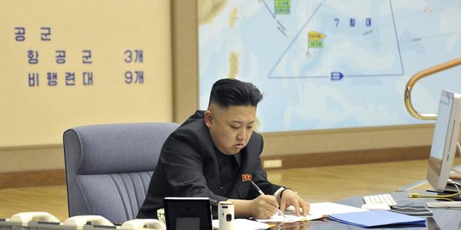 Kim Jung-un à son bureau, le 29 mars 2013. A l'arrière plan, une carte de l'Océan Pacifique.