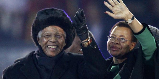 Nelson Mandela aux côtés de Graça Machel, son ultime amour, en 2010.