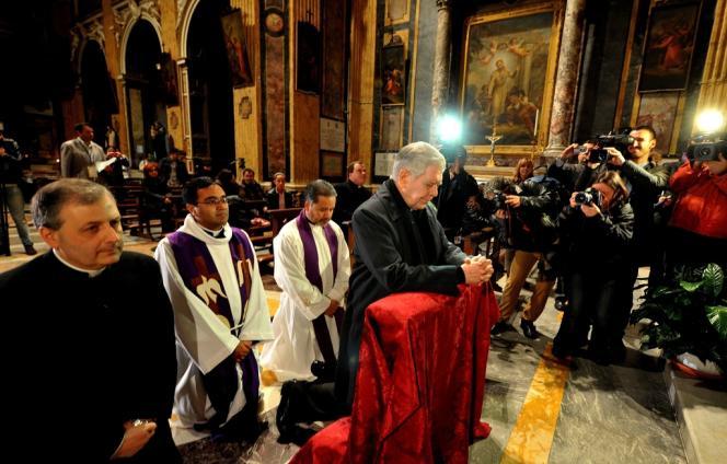 Le cardinal vénézuélien Jose Urosa Savino prie avant le début d'une messe commémorant la mort de Hugo Chavez, le 5 mars à Rome.