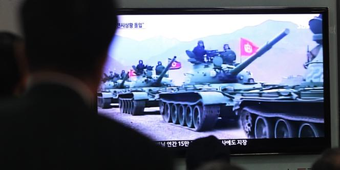 Des Sud-Coréens regardent les informations télévisées montrant des tanks nord-coréens, samedi 30 mars.