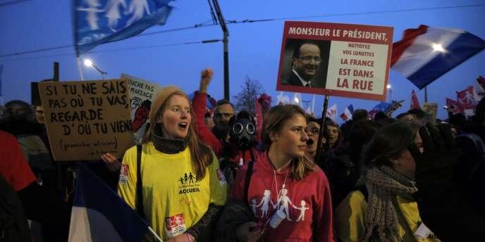 Manifestation contre le mariage gay devant France Télévisions, le jeudi 28 mars, lors de l'intervention télévisée de François Hollande.