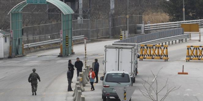 Des travailleurs sud-coréens attendent de pouvoir quitter le complexe de Kaesong, le 28 mars.