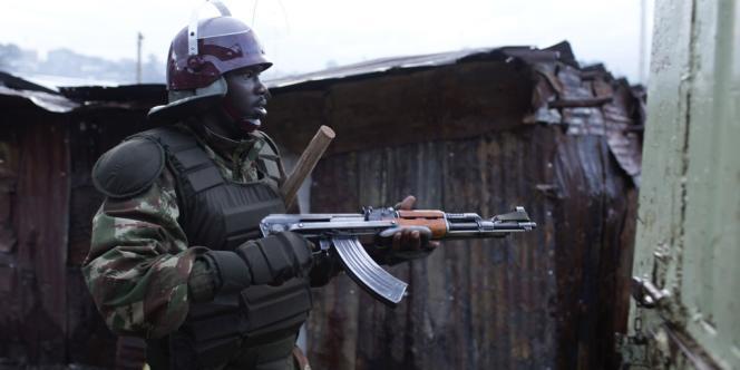 Un policier patrouille dans le bidonville de Mathare, à Nairobi, le 30 mars.
