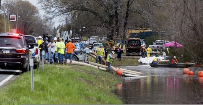 Les équipes de secours tentent de nettoyer le pétrole échappé du pipeline Pegasus, dans l'Arkansas, dimanche 31 mars.