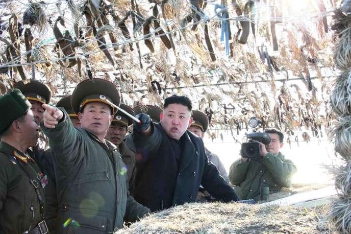 Kim Jong-un près de la frontière avec la Corée du Sud, le 11 mars, sur une photo de l'agence officielle nord-coréenne KCNA.