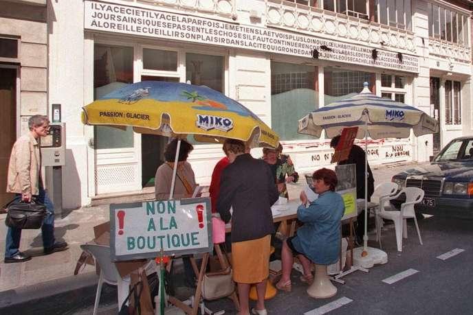 Des riverains manifestent le 18 juin 2008 devant le centre d'accueil pour toxicomanes de la rue Beaurepaire, dans le Xème arrondissement de Paris.