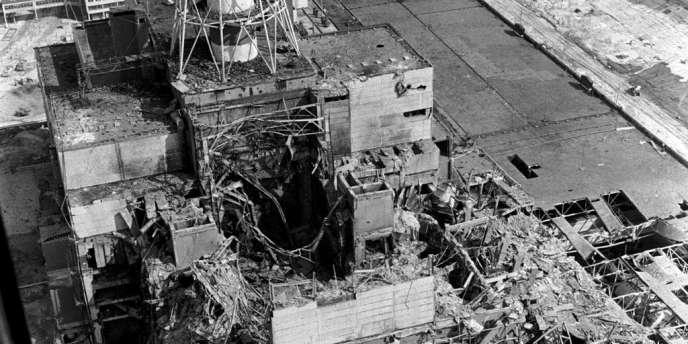 Au-dessus du réacteur n°4 de la centrale de Tchernobyl, enavril1986.