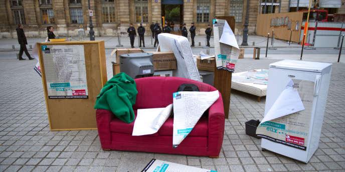 Le 24 octobre 2012, la Fondation Abbé-Pierre avait organisé une manifestation devant le ministère de la justice, à Paris, pour dénoncer une hausse des expulsions locatives avant l'hiver.