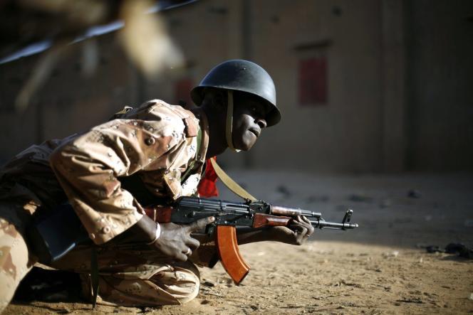 Un soldat malien lors d'un accrochage avec les djihadistes à Gao..
