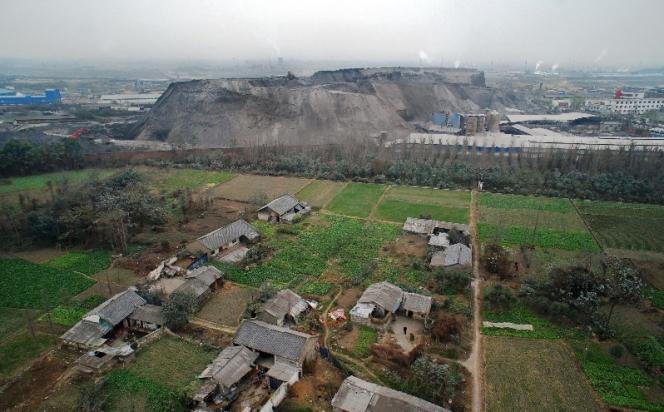 Un terril de phosphate, à moins de dix mètres du village Tingjiang, dans la province de Sichuan.