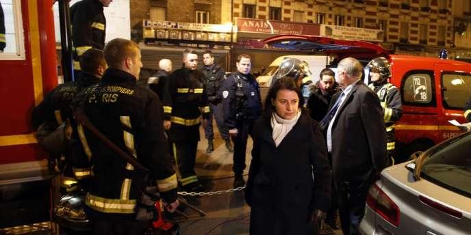 Cécile Duflot sur les lieux de l'incendie où deux personnes ont trouvé la mort, dimanche, à Aubervilliers (Seine-Saint-Denis).