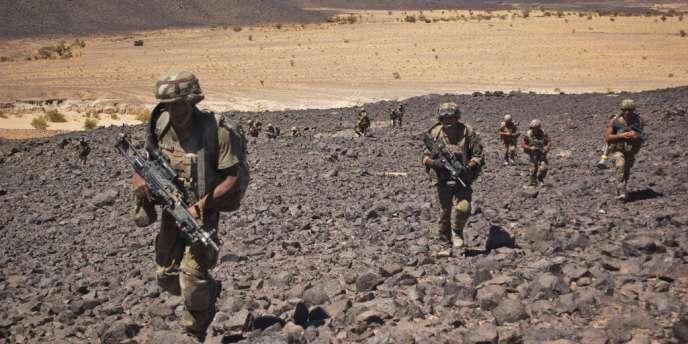 Patrouille de soldats français, au sud de la ville de Tessalit (nord du Mali), le 20 mars.