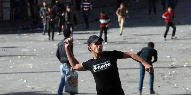 Cette mort a immédiatement déclenché des mouvements de protestation dans au moins quatre établissements pénitentiaires où sont détenus des prisonniers politiques palestiniens. Des affrontements ont aussi éclaté à Hébron, dans le sud de la Cisjordanie, d'où était originaire le prisonnier.