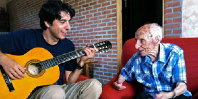 Le scientifique Valter D.Longo et le centenaire italien Salvatore Caruso dans