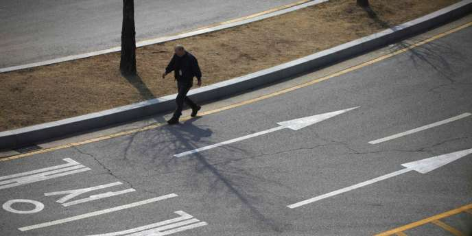 Un employé sud-coréen marche sur la route menant au complexe industriel de Kaesong situé en Corée du Nord, à Paju, le 3 avril. Le complexe de Kaesong vise a promouvoir la coopération économique entre les deux Corées, et n'a été fermé qu'une fois, en 1999.