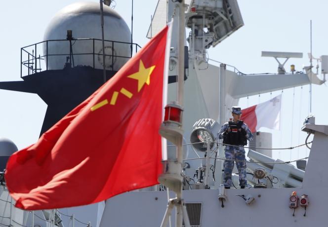 Un marin chinois à bord de la frégate