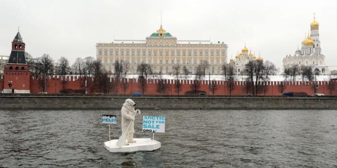Un militant de Greenpeace déguisé en ours polaire, le 1er avril devant le Kremlin.