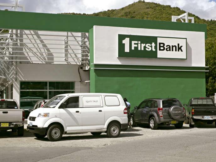 Photographie d'une agence de la First Bank, un établissement bancaire situé à Antigua, extraite de la série