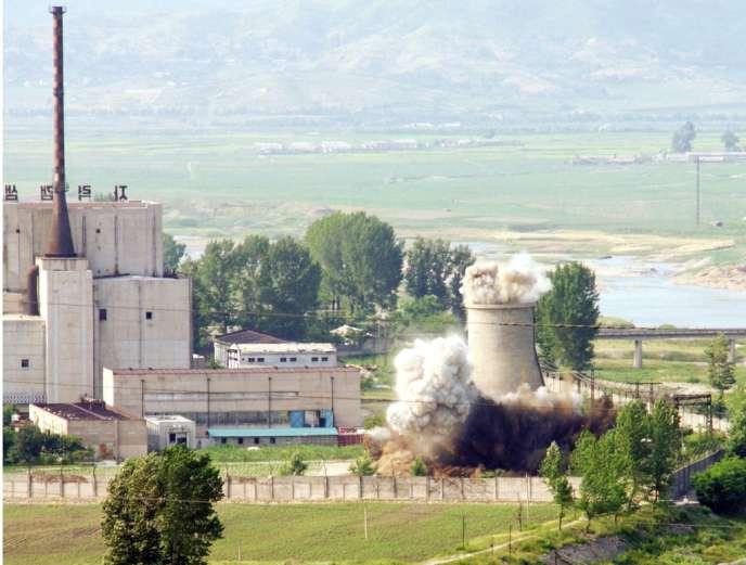 Destruction de la tour de refroidissement de la centrale de Yongbyon, le 27 juin 2008.