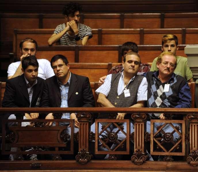 Des auditeurs libres, militants du mariage pour tous, écoutent les débat au Sénat, à Montevideo, mardi 2 avril 2013.