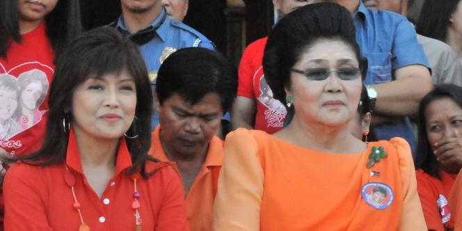 Imee Marcos, aux côtés de sa mère, l'ex première dame Imelda Marcos, le 26 mars 2010 à Paoay (Philippines).