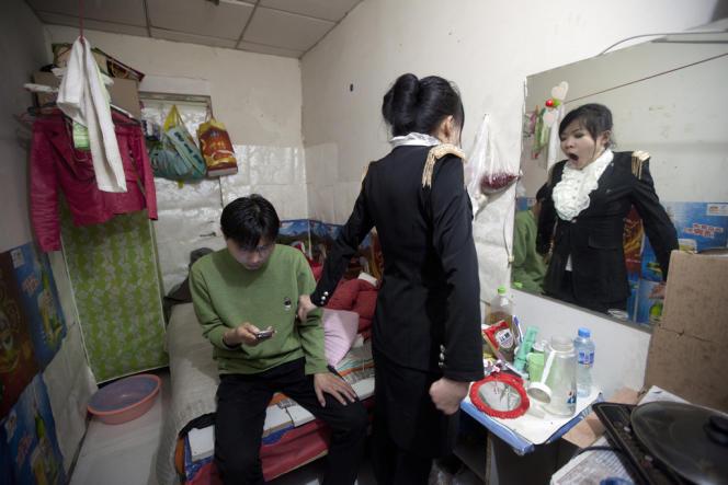 Zhang Hao, 26 ans, électricien, souffre d'une sclérose en plaques. Il est venu à Pékin avec sa femme dans l'espoir de se faire soigner. Ils ont laissé leur bébé, âgé de 1 an, à ses parents.