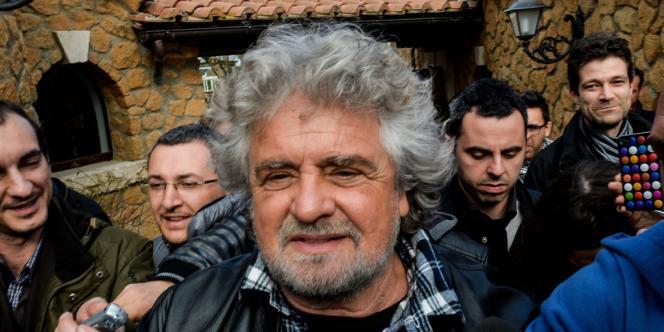 Beppe Grillo, le chef du Mouvement 5 étoiles, dans la banlieue de Rome, le 5 avril, lors d'une conférence de presse.