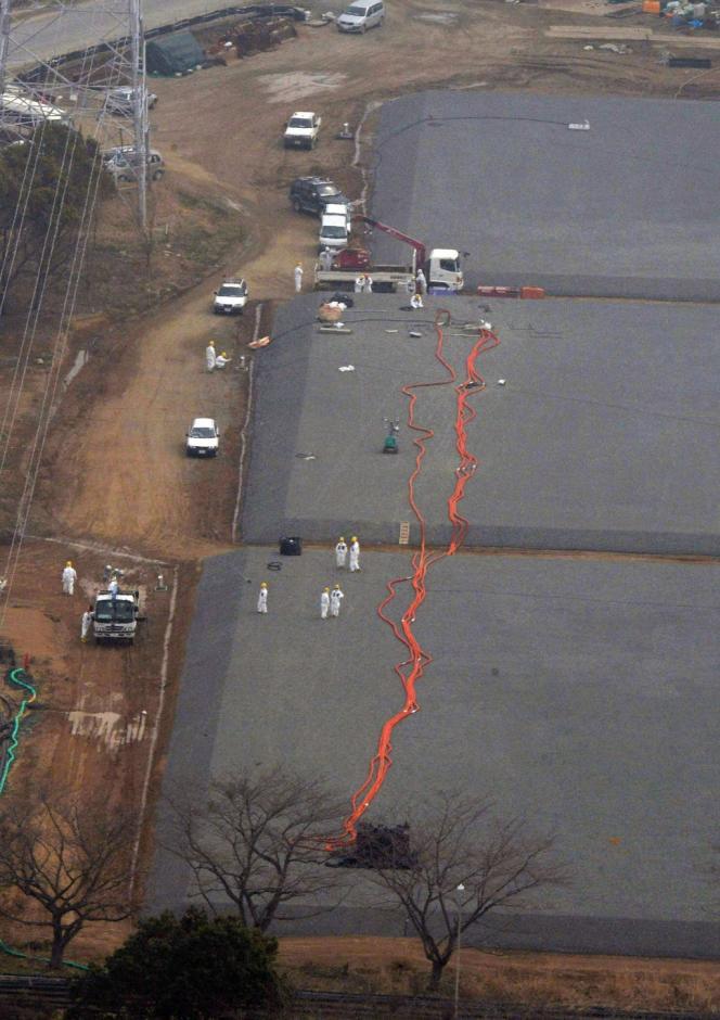 Vue aérienne de réservoirs de stockage sous-terrain à la centrale de Fukushima, le 6 avril.