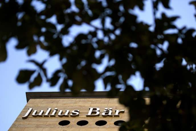 En 2009, après que la Suisse s'est déclarée prête à accorder l'aide judiciaire en cas d'évasion fiscale, Jérôme Cahuzac a demandé à Reyl & Cie de transférer les fonds sur un compte ommnibus à Singapour, auprès de la filiale de la banque Julius Baer.