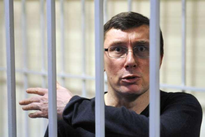 Emprisonné depuis fin 2010, Iouri Loutsenko avait été condamné en février 2012 à quatre ans de prison pour abus de pouvoir. Selon sa famille, sa santé s'est gravement détériorée en détention.