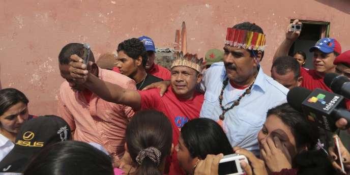 Le président par intérim Nicolas Maduro, en campagne électorale, le 6 avril.
