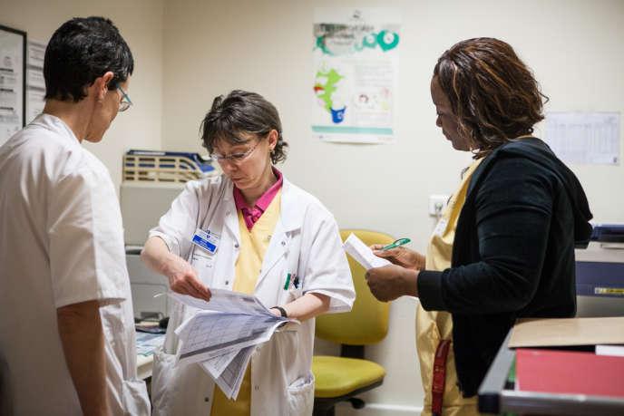Les secrétaires hospitalières et les cadres de santé des urgences de l'hôpital Bichat, à Paris, doivent jongler entre les services pour trouver des lits disponibles et transférer les patients.
