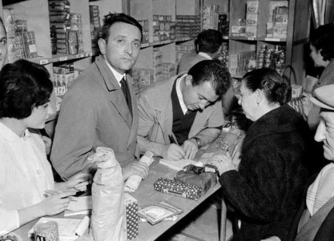 Edouard Leclerc (au centre) en 1959, dans son premier magasin, à Landerneau (Finistère).