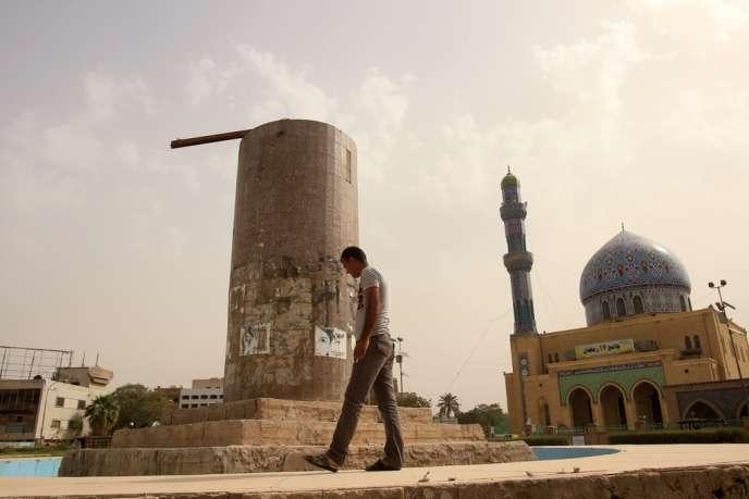 Un Irakien passe, le 5 avril, devant le socle de la statue de Saddam Hussein qui fut déboulonnée par les troupes américaines lors de la chute de la capitale Bagdad, le 9 avril 2003.